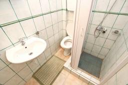 Ванная комната 2. Будванская ривьера, Черногория, Булярица : Апартамент для 4-5 человек, с 2-мя отдельными спальнями, с 2-мя ванными комнатами, с балконом с видом на море, 100 метров до пляжа