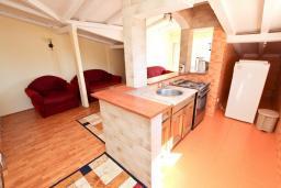 Гостиная. Будванская ривьера, Черногория, Булярица : Апартамент для 8 человек, с большой гостиной, с 3-мя отдельными спальнями, с 2-мя ванными комнатами, с 2-мя длинными балконами с шикарным видом на море, 100 метров до пляжа