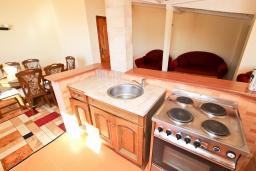 Кухня. Будванская ривьера, Черногория, Булярица : Апартамент для 8 человек, с большой гостиной, с 3-мя отдельными спальнями, с 2-мя ванными комнатами, с 2-мя длинными балконами с шикарным видом на море, 100 метров до пляжа
