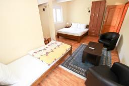 Спальня. Будванская ривьера, Черногория, Булярица : Апартамент для 8 человек, с большой гостиной, с 3-мя отдельными спальнями, с 2-мя ванными комнатами, с 2-мя длинными балконами с шикарным видом на море, 100 метров до пляжа