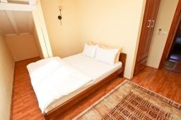 Спальня 2. Будванская ривьера, Черногория, Булярица : Апартамент для 8 человек, с большой гостиной, с 3-мя отдельными спальнями, с 2-мя ванными комнатами, с 2-мя длинными балконами с шикарным видом на море, 100 метров до пляжа
