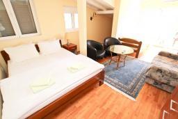 Спальня 3. Будванская ривьера, Черногория, Булярица : Апартамент для 8 человек, с большой гостиной, с 3-мя отдельными спальнями, с 2-мя ванными комнатами, с 2-мя длинными балконами с шикарным видом на море, 100 метров до пляжа