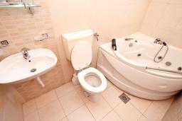 Ванная комната 2. Будванская ривьера, Черногория, Булярица : Апартамент для 8 человек, с большой гостиной, с 3-мя отдельными спальнями, с 2-мя ванными комнатами, с 2-мя длинными балконами с шикарным видом на море, 100 метров до пляжа