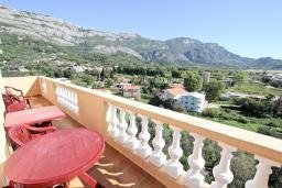Балкон. Будванская ривьера, Черногория, Булярица : Апартамент для 8 человек, с большой гостиной, с 3-мя отдельными спальнями, с 2-мя ванными комнатами, с 2-мя длинными балконами с шикарным видом на море, 100 метров до пляжа
