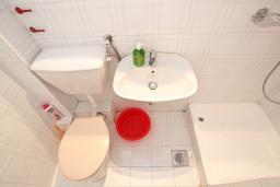 Ванная комната. Будванская ривьера, Черногория, Бечичи : Студия для 3 человек