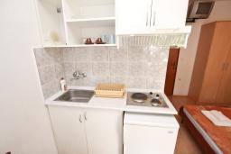 Кухня. Будванская ривьера, Черногория, Бечичи : Студия с балконом в 350 метрах от моря