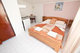 Студия (гостиная+кухня). Будванская ривьера, Черногория, Бечичи : Студия с балконом с видом на море