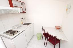 Кухня. Будванская ривьера, Черногория, Бечичи : Студия с балконом с видом на море
