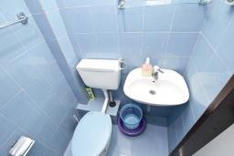 Ванная комната. Будванская ривьера, Черногория, Бечичи : Студия с балконом с видом на море