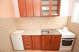 Кухня. Рафаиловичи, Черногория, Рафаиловичи : Апартамент с отдельной спальней, с балконом с видом на море