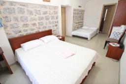 Спальня. Будванская ривьера, Черногория, Пржно : Комната для 3-4 человек, с общей террасой с шикарным видом на море, возле пляжа