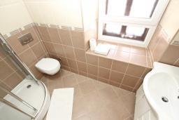 Ванная комната. Будванская ривьера, Черногория, Пржно : Комната для 3-4 человек, с общей террасой с шикарным видом на море, возле пляжа