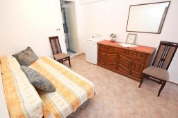 Спальня. Будванская ривьера, Черногория, Пржно : Комната для 2-4 человек, с общей террасой с шикарным видом на море, возле пляжа