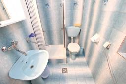 Ванная комната. Будванская ривьера, Черногория, Пржно : Комната для 2-4 человек, с общей террасой с шикарным видом на море, возле пляжа