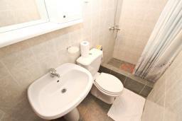 Ванная комната. Будванская ривьера, Черногория, Пржно : Студия с общей террасой с шикарным видом на море, возле пляжа