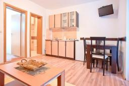 Кухня. Будванская ривьера, Черногория, Бечичи : Апартамент с отдельной спальней, с террасой