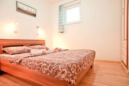 Спальня. Будванская ривьера, Черногория, Бечичи : Апартамент с отдельной спальней, с террасой