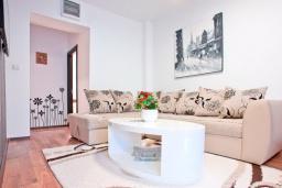 Гостиная. Будванская ривьера, Черногория, Бечичи : Апартамент для 4-5 человек, с 2-мя отдельными спальнями, с террасой