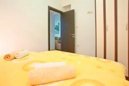 Спальня. Будванская ривьера, Черногория, Бечичи : Апартамент для 4-5 человек, с 2-мя отдельными спальнями, с террасой