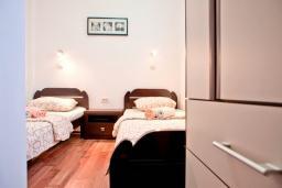 Спальня 2. Будванская ривьера, Черногория, Бечичи : Апартамент для 4-5 человек, с 2-мя отдельными спальнями, с террасой