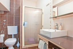 Ванная комната. Будванская ривьера, Черногория, Бечичи : Апартамент для 4-5 человек, с 2-мя отдельными спальнями, с террасой