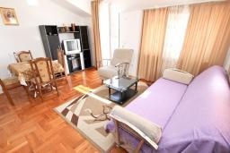 Гостиная. Будванская ривьера, Черногория, Будва : Апартамент для 4-5 человек, с 2-мя отдельными спальнями, с террасой