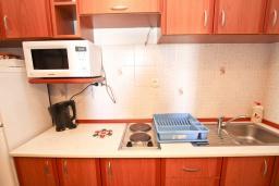 Кухня. Будванская ривьера, Черногория, Будва : Апартамент для 4-5 человек, с 2-мя отдельными спальнями, с террасой