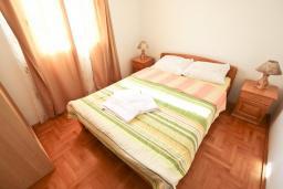 Спальня. Будванская ривьера, Черногория, Будва : Апартамент для 4-5 человек, с 2-мя отдельными спальнями, с террасой