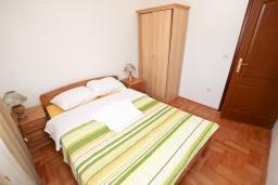 Спальня 2. Будванская ривьера, Черногория, Будва : Апартамент для 4-5 человек, с 2-мя отдельными спальнями, с террасой