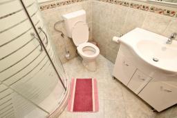 Ванная комната. Будванская ривьера, Черногория, Будва : Апартамент для 4-5 человек, с 2-мя отдельными спальнями, с террасой
