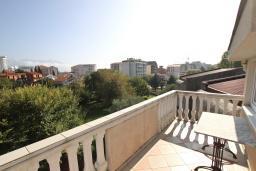 Терраса. Будванская ривьера, Черногория, Будва : Апартамент для 4-5 человек, с 2-мя отдельными спальнями, с террасой