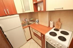 Кухня. Будванская ривьера, Черногория, Петровац : Апартамент для 8-10 человек, с 4-мя отдельными спальнями, с 2-мя гостиными, c 2-мя ванными комнатами, с огромной террасой