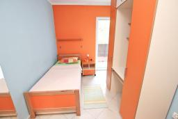 Спальня. Будванская ривьера, Черногория, Петровац : Апартамент для 8-10 человек, с 4-мя отдельными спальнями, с 2-мя гостиными, c 2-мя ванными комнатами, с огромной террасой