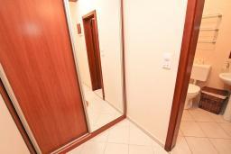 Коридор. Будванская ривьера, Черногория, Петровац : Апартамент для 8-10 человек, с 4-мя отдельными спальнями, с 2-мя гостиными, c 2-мя ванными комнатами, с огромной террасой