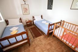 Спальня 2. Будванская ривьера, Черногория, Святой Стефан : Этаж дома с 3-мя отдельными спальнями, c 2-мя ванными комнатами, с террасой с видом на море