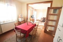 Кухня. Будванская ривьера, Черногория, Риека Режевичи : Апартамент для 4-6 человек, с 2-мя отдельными спальнями, с 2-мя ванными комнатами, с террасой с видом на море