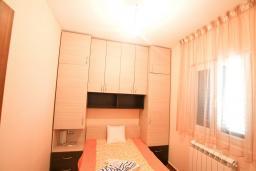 Спальня. Будванская ривьера, Черногория, Риека Режевичи : Апартамент для 4-6 человек, с 2-мя отдельными спальнями, с 2-мя ванными комнатами, с террасой с видом на море