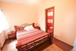 Спальня 2. Будванская ривьера, Черногория, Риека Режевичи : Апартамент для 4-6 человек, с 2-мя отдельными спальнями, с 2-мя ванными комнатами, с террасой с видом на море