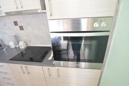 Кухня. Будванская ривьера, Черногория, Риека Режевичи : Апартамент для 4-6 человек, с 2-мя отдельными спальнями, с 2-мя ванными комнатами, с балконом с видом на море
