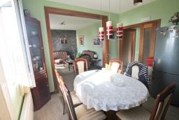 Гостиная. Будванская ривьера, Черногория, Риека Режевичи : Апартамент для 4-6 человек, с 2-мя отдельными спальнями, с 2-мя ванными комнатами, с балконом с видом на море