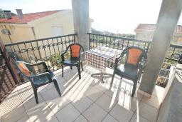 Балкон. Будванская ривьера, Черногория, Риека Режевичи : Апартамент для 4-6 человек, с 2-мя отдельными спальнями, с 2-мя ванными комнатами, с балконом с видом на море