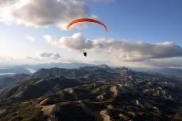 Параглайдинг или парапланеризм - полёт на параплане : Боко-Которская бухта, Черногория