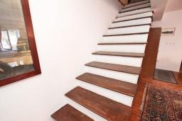 Гостиная. Будванская ривьера, Черногория, Петровац : 3-х этажный дом в Петроваце с 4-мя отдельными спальнями, с 2-мя ванными комнатами, с большой террасой и с балконом с видом на море, с местом для барбекю, 100 метров до моря.