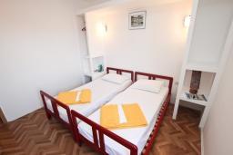 Спальня. Будванская ривьера, Черногория, Петровац : 3-х этажный дом в Петроваце с 4-мя отдельными спальнями, с 2-мя ванными комнатами, с большой террасой и с балконом с видом на море, с местом для барбекю, 100 метров до моря.