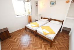Спальня 2. Будванская ривьера, Черногория, Петровац : 3-х этажный дом в Петроваце с 4-мя отдельными спальнями, с 2-мя ванными комнатами, с большой террасой и с балконом с видом на море, с местом для барбекю, 100 метров до моря.