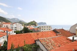 Вид на море. Будванская ривьера, Черногория, Петровац : 3-х этажный дом в Петроваце с 4-мя отдельными спальнями, с 2-мя ванными комнатами, с большой террасой и с балконом с видом на море, с местом для барбекю, 100 метров до моря.