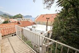 Вид. Будванская ривьера, Черногория, Петровац : 3-х этажный дом в Петроваце с 4-мя отдельными спальнями, с 2-мя ванными комнатами, с большой террасой и с балконом с видом на море, с местом для барбекю, 100 метров до моря.