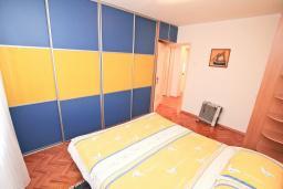 Спальня. Боко-Которская бухта, Черногория, Доброта : Апартамент с отдельной спальней, с балконом с видом на море, 30 метров до пляжа