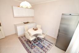 Кухня. Боко-Которская бухта, Черногория, Доброта : Апартамент с отдельной спальней, с балконом с видом на море, 30 метров до пляжа