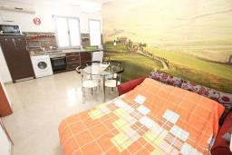 Гостиная. Рафаиловичи, Черногория, Рафаиловичи : Апартамент с отдельной спальней, 30 метров до моря